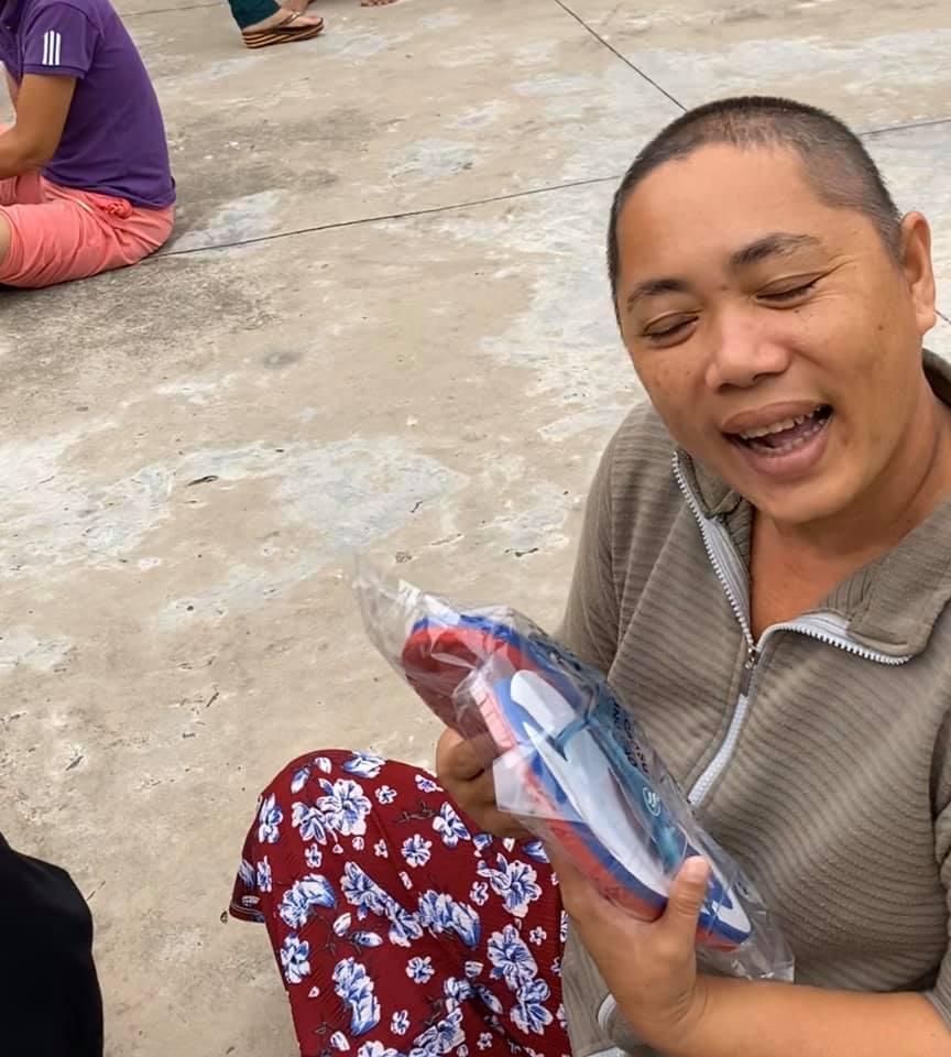 Niềm vui của các bệnh nhân khi nhận quà