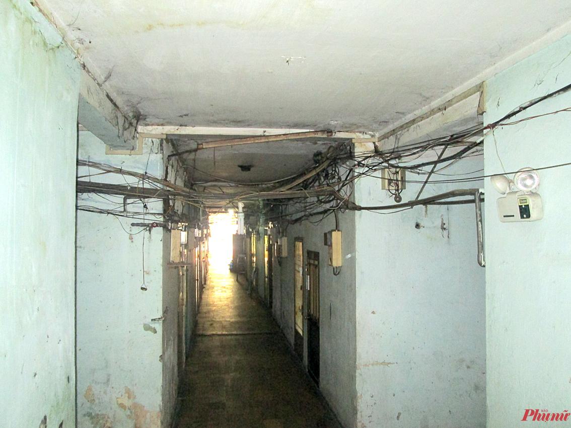 Chung cư 155-157 Bùi Viện, Q.1 đã xuống cấp nghiêm trọng nhưng hiện vẫn còn 16 hộ dân ở lại
