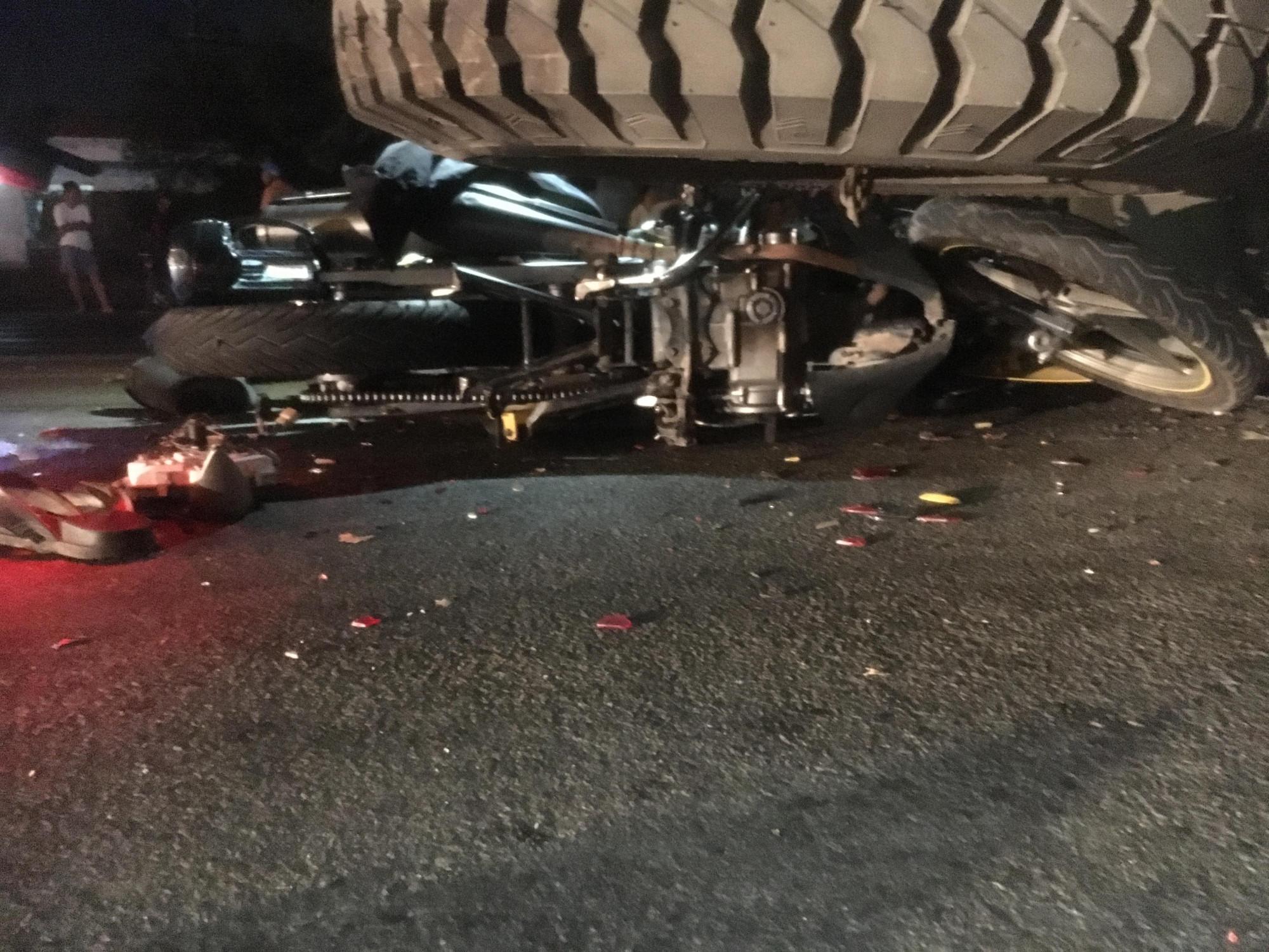 Xe máy nằm lọt gầm xe tải sau tai nạn