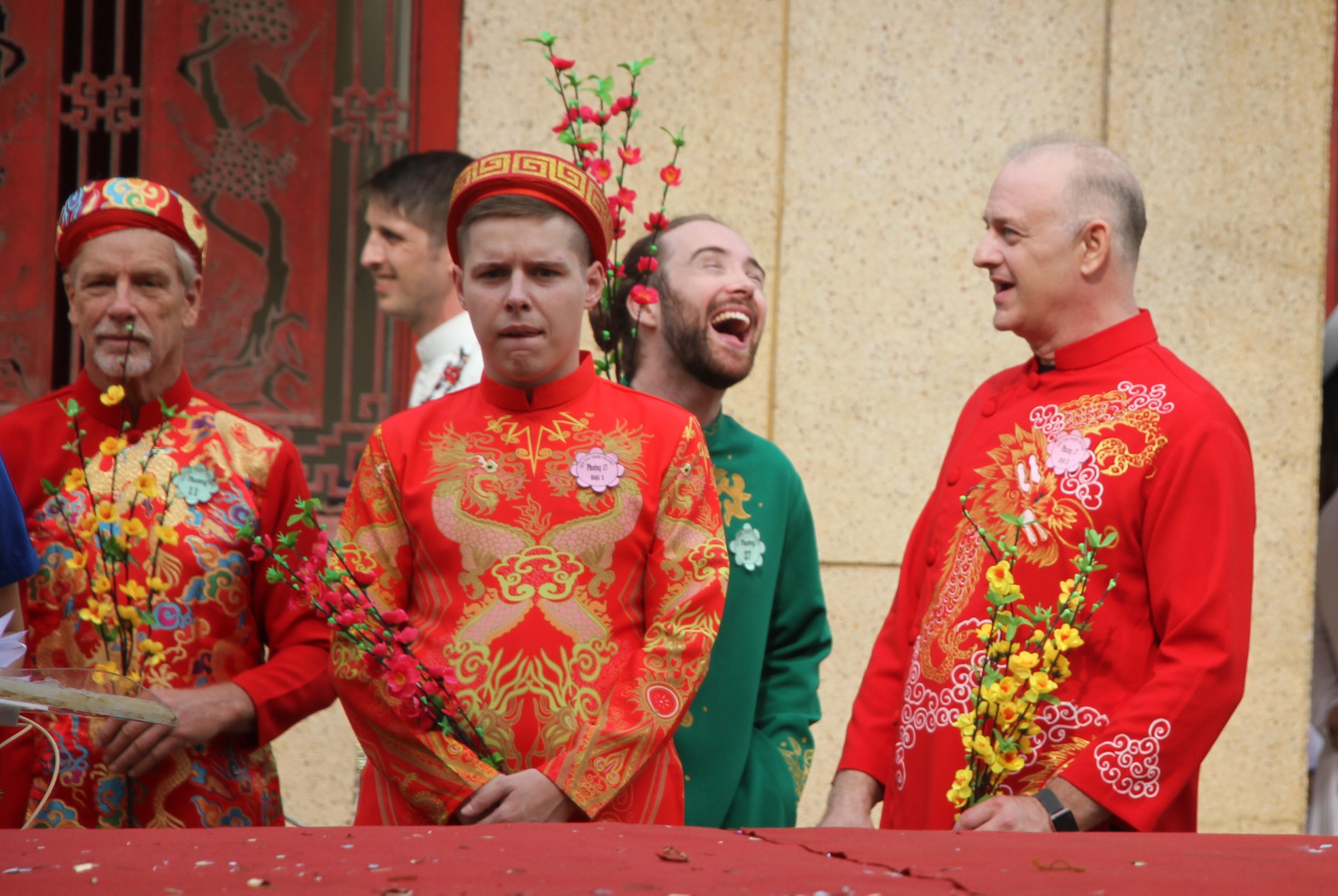 Cười hết cỡ khi mặc trang phục truyền thống Tết cổ truyền Việt Nam