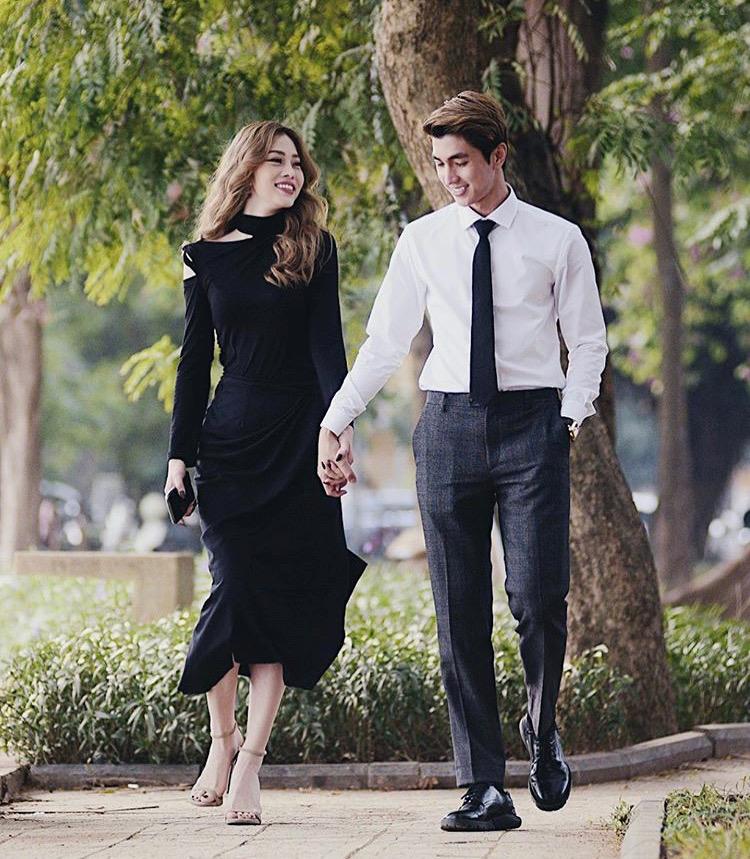 Cặp đôi Bình An - Phương Nga hạnh phúc trong năm mới 2020 khi thả dáng dạo phố với set đồ đồng điệu. Nam diễn viên bảnh bao với áo sơ mi trắng, thắt cà vạt, quần tây và giày da. Nàng á hậu diện váy cut-out phần cổ quyến rũ và sang trọng