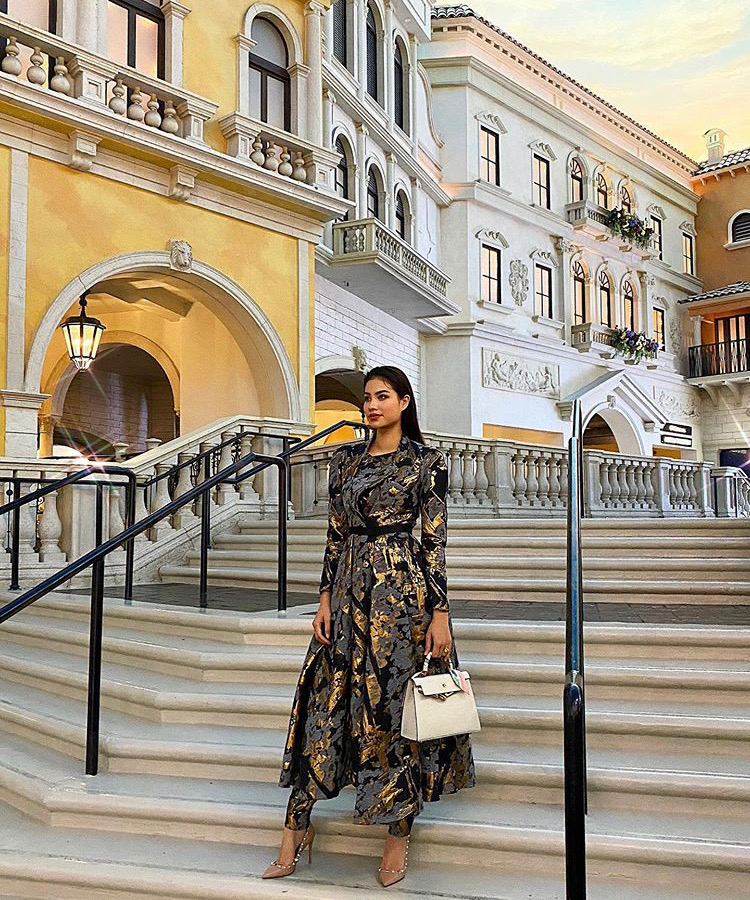 Phạm Hương khoe phong cách lạ mắt trong dịp đầu năm mới với set đồ quần ôm kết hợp áo khoác chiết eo họa tiết ánh vàng mix cùng túi xách và giày cao gót đính kết.