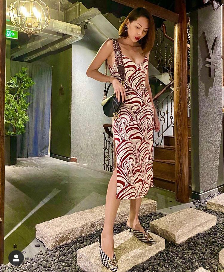 Minh Triệu diện mẫu đầm ôm 2 dây họa tiết và sắc màu nổi bật chào năm mới 2020. Phụ kiện túi yên ngựa Dior và giày mũi nhọn góp phần mang đến vẻ sang chảnh cho nàng mẫu.