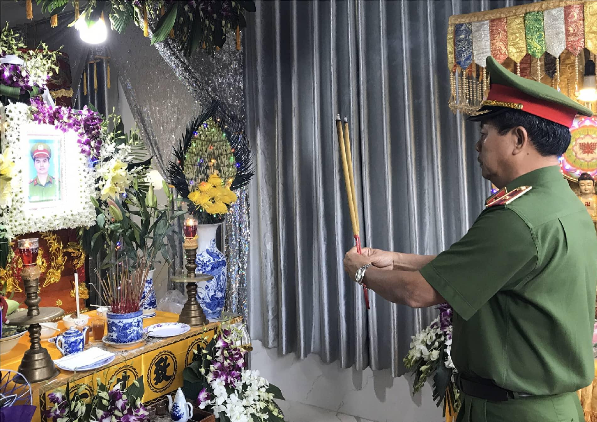 Đồng đội tiễn đưa chiến sĩ Nguyễn Phạm Thành Nhân