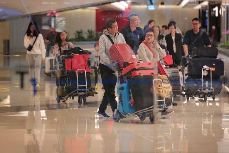 Khách dulich5 đến sân bay Changi, Singapore vào ngày 3/1. Các quốc gia quanh khu vực cẩn trọng hơn với các chuyến bay đến và đi từ Vũ Hán, Trung Quốc để đề phòng trường hợp như đợt dịch SARS vào năm 2003.