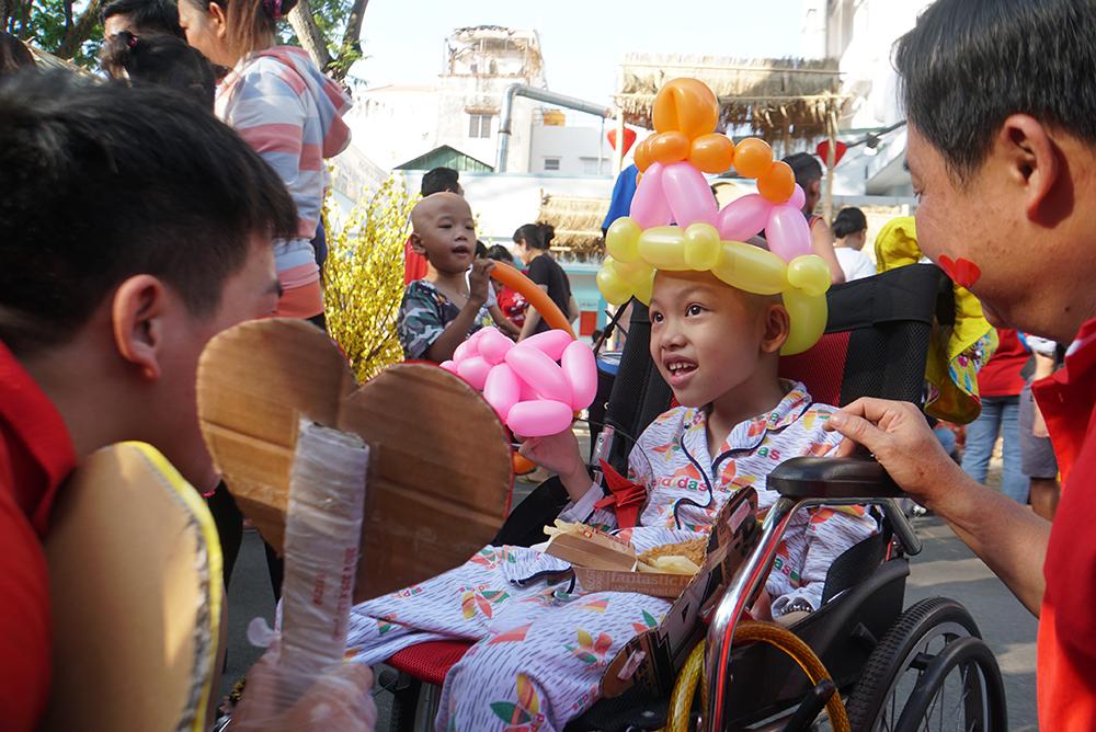 Bé Nguyễn Hà Nhã Trân (7 tuổi, ở Vĩnh Long) mắc bệnh u não hơn 1 năm, phải liên tiếp xạ trị, hóa trị, bé luôn hy vọng đợt hóa trị này sẽ kết thúc sớm để được về quê ăn tết với gia đình.