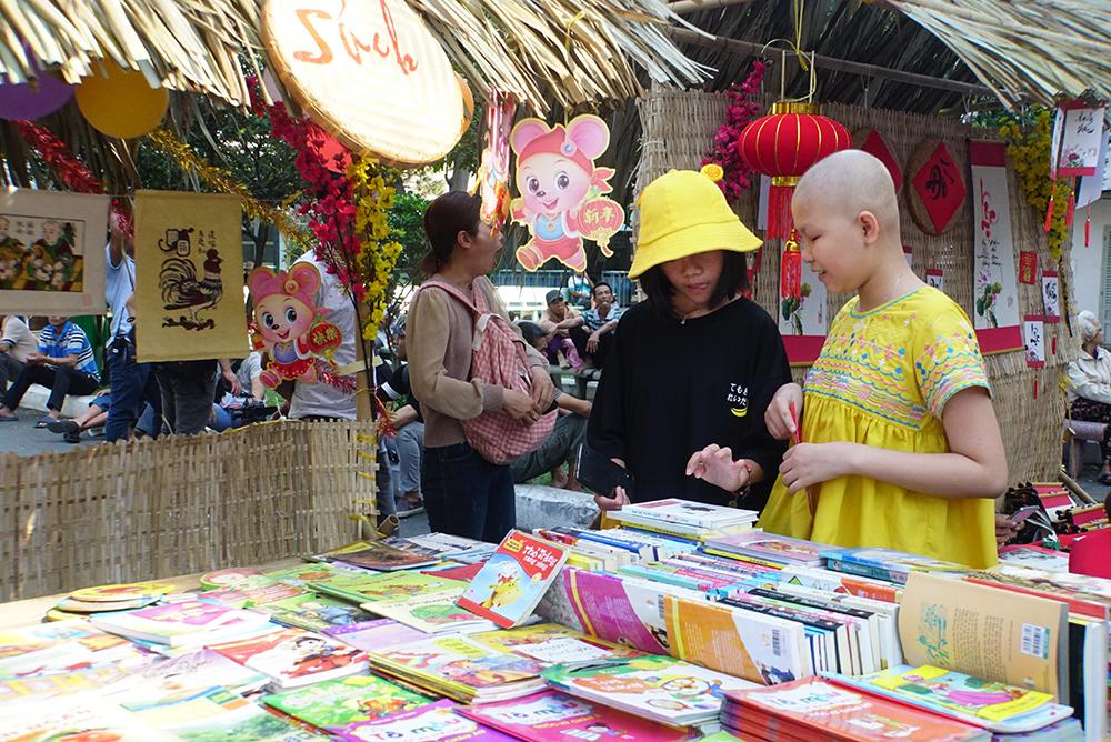 Gian hàng sách được các em từ 8-15 tuổi đặc biệt yêu thích với gần 100 đầu sách, truyện.