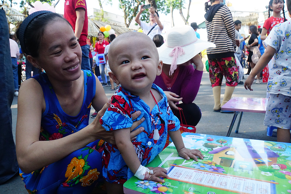 Chị Dung (31 tuổi, ở Thủ Đức) sung sướng theo từng nụ cười của con trai chị là bé Khang mắc u bào sợi thần kinh, chị chia sẻ: