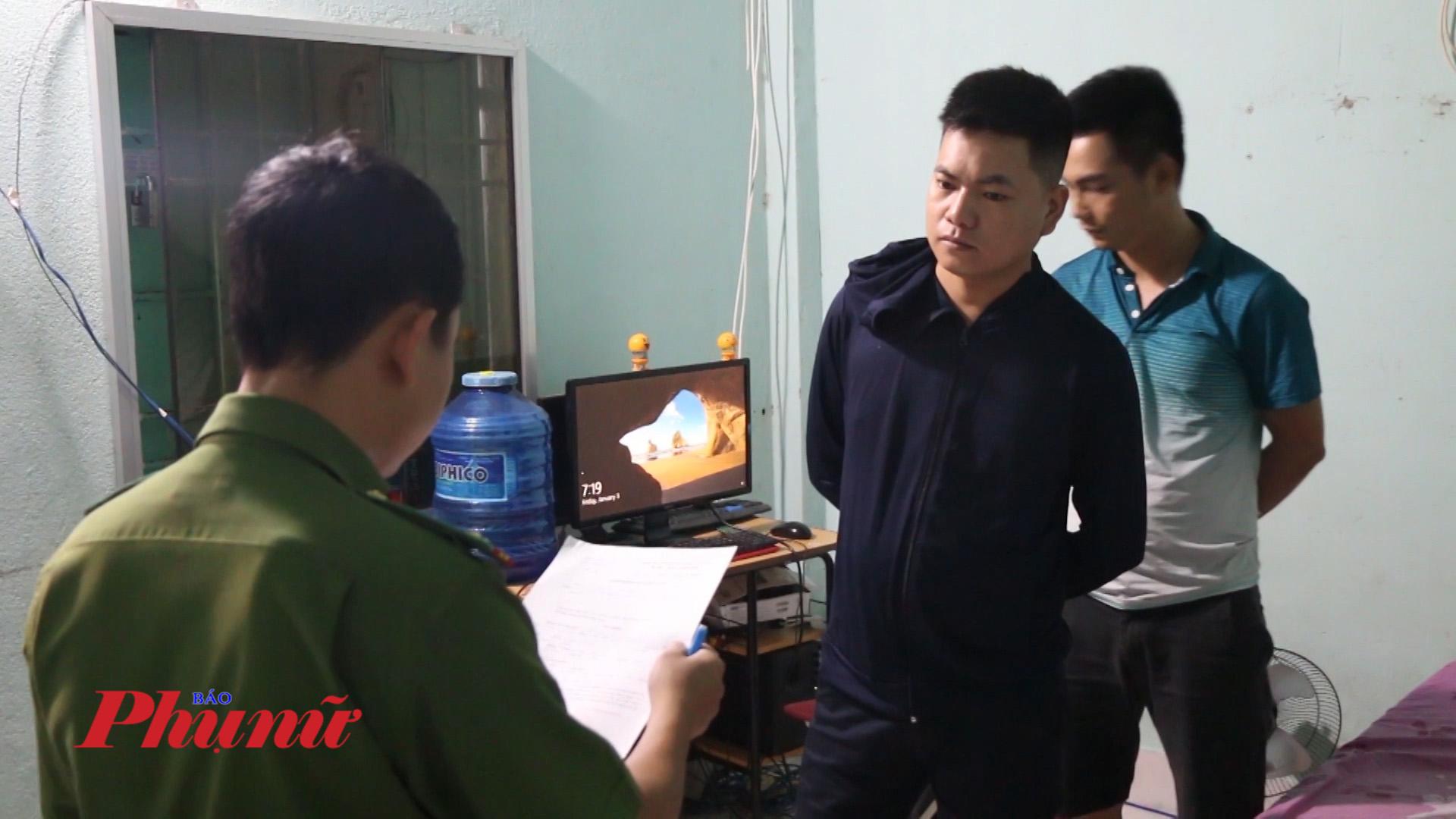 Đọc lệnh khám xét Phạm Văn Tuyến và Vũ Văn Bắc