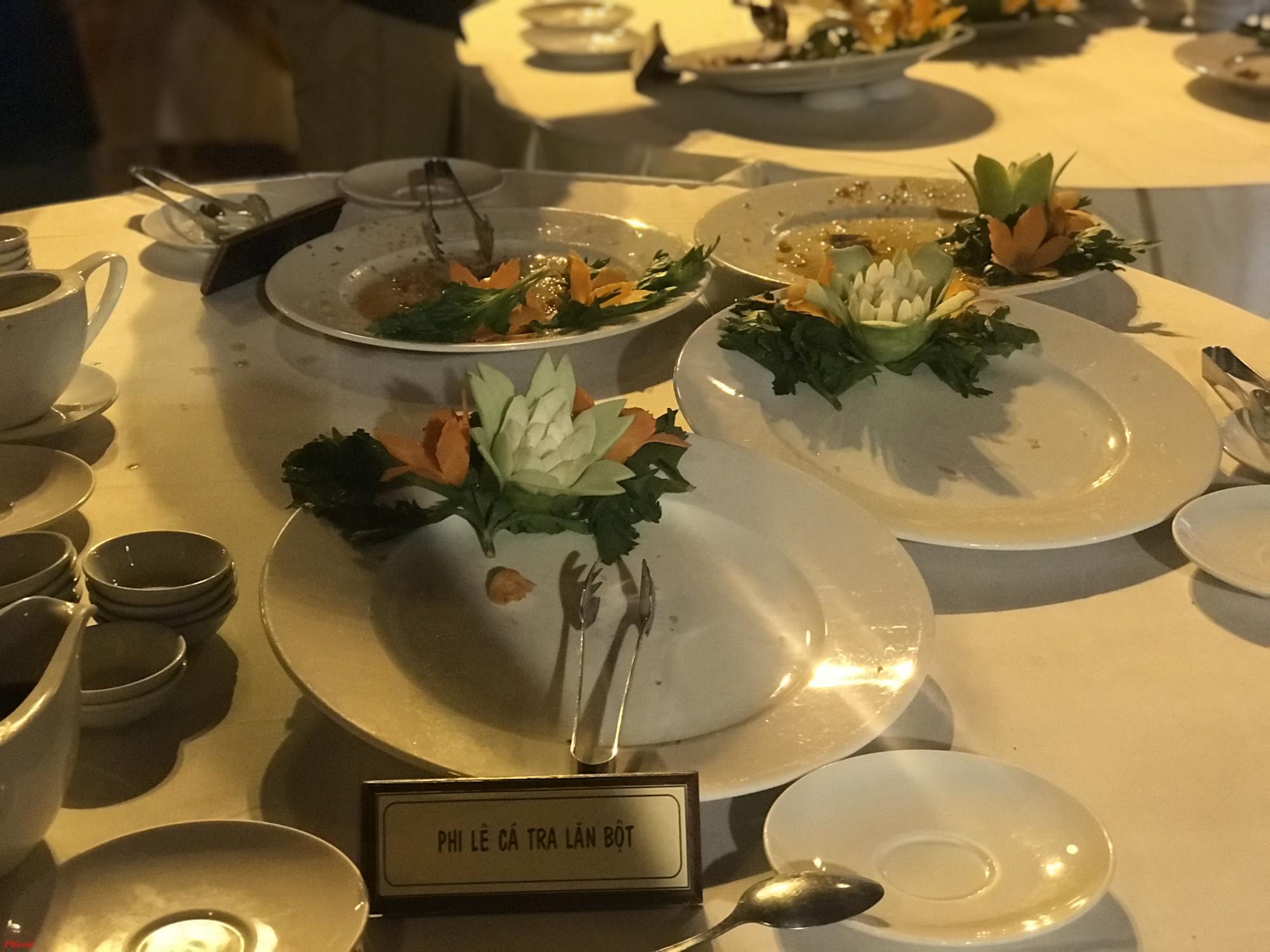 Theo quan sát của phóng viên, các món ăn từ cá tra khá thu hút thực khách, khi chưa đầy một phút nhân viên buộc phải bổ sung thêm thức ăn liên tục.