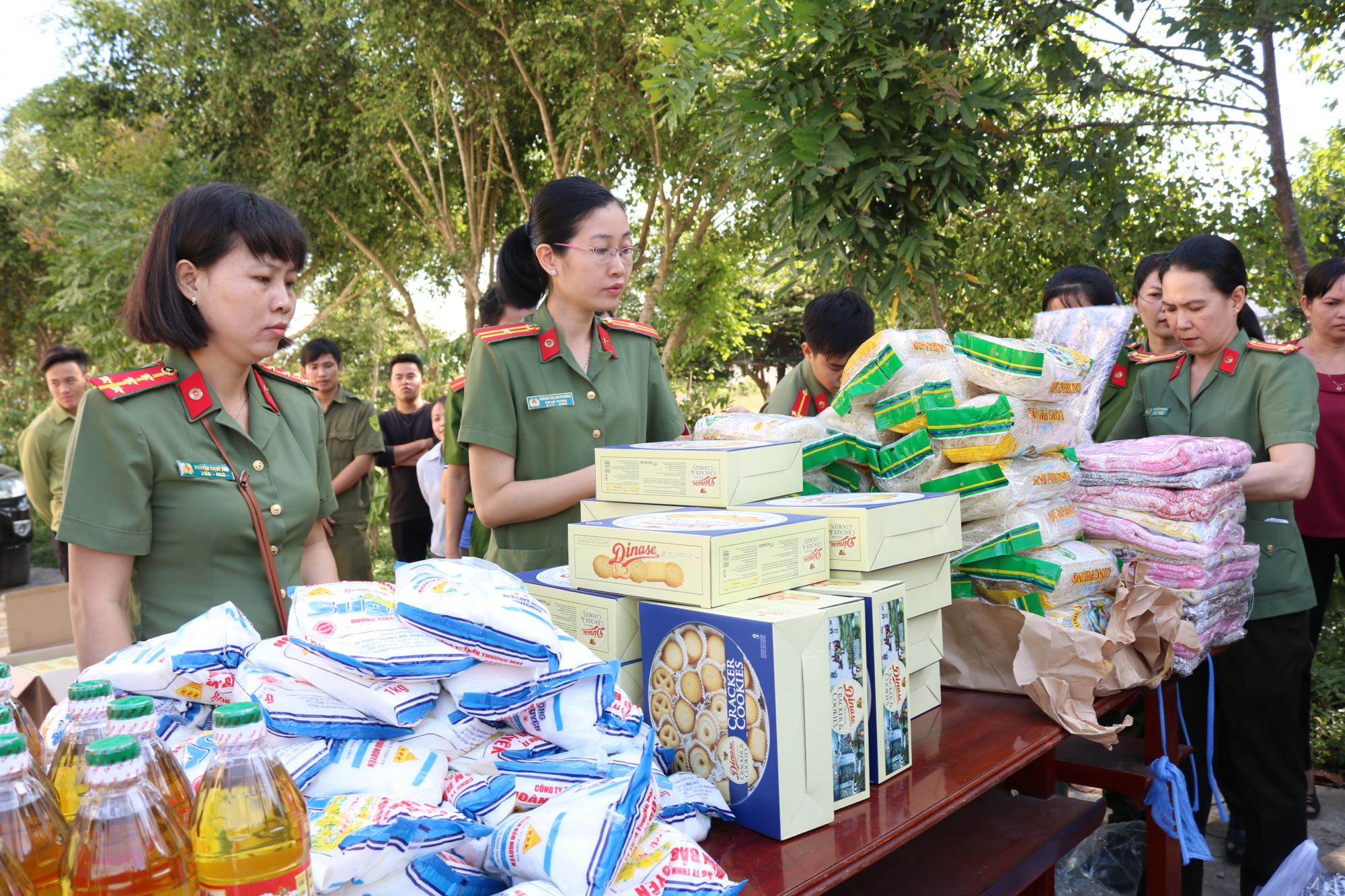 Những phần quà được mang từ TP.HCM về huyện Mộc Hóa.