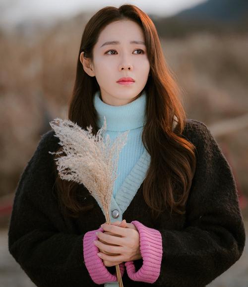 Kiểu phối áo len cao cổ cùng cardigan đậm chất cũ xưa nhưng mốt tóc xõa, xoăn nhẹ lại khiến Son Ye Jin trở nên xinh đẹp, dịu dàng hơn bao giờ hết.