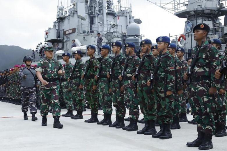 Tư lệnh Khu vực phòng thủ chung Indonesia Yudo Margono kiểm tra quân đội tại căn cứ quân sự Natuna ở tỉnh Riau Islands ngày 3/1/2020 - Ảnh: AP