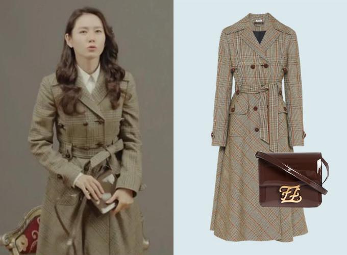 Dù có lạc sang Triều Tiên, nơi thời trang có phần lạc hậu, Se Ri vẫn kiếm được một chiếc trench coat sành điệu của Miu Miu (giá gần 100 triệu đồng) để kết hợp cùng túi xách Fendi thời thượng không kém, giá cũng
