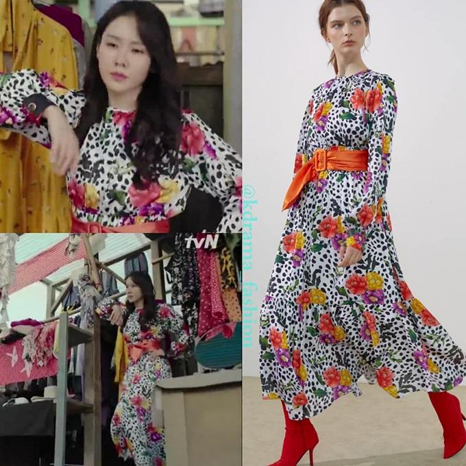 Chiếc váy hoa sặc sỡ cô nàng mặc thử có giá 10 triệu đồng.