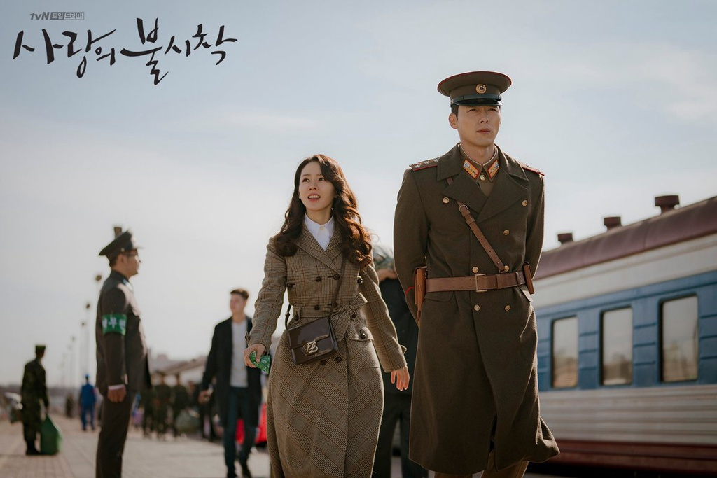 Hạ cánh nơi anh (Crash landing on you) là bộ phim đang gây chú ý trên màn ảnh nhỏ Hàn Quốc với rating ấn tượng. Trong phim, Son Ye Jin vào vai Yoon Se Ri - một nữ giám đốc con nhà tài phiệt Hàn Quốc, vì một tai nạn nhảy dù mà lạc sang Triều Tiên. Để hợp với bối cảnh của phim, Son Ye Jin thay đổi từ phong cách sang chảnh đầu phim sang style
