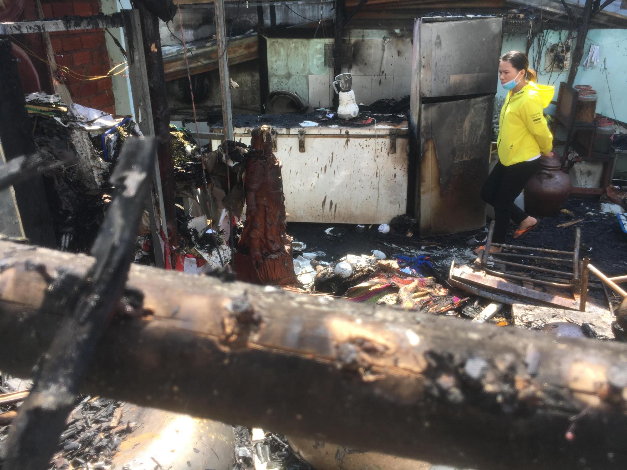 Nguyên nhân bước đầu được xác định do cháy trụ điện phía trước quán khiến ngọn lửa cháy lan