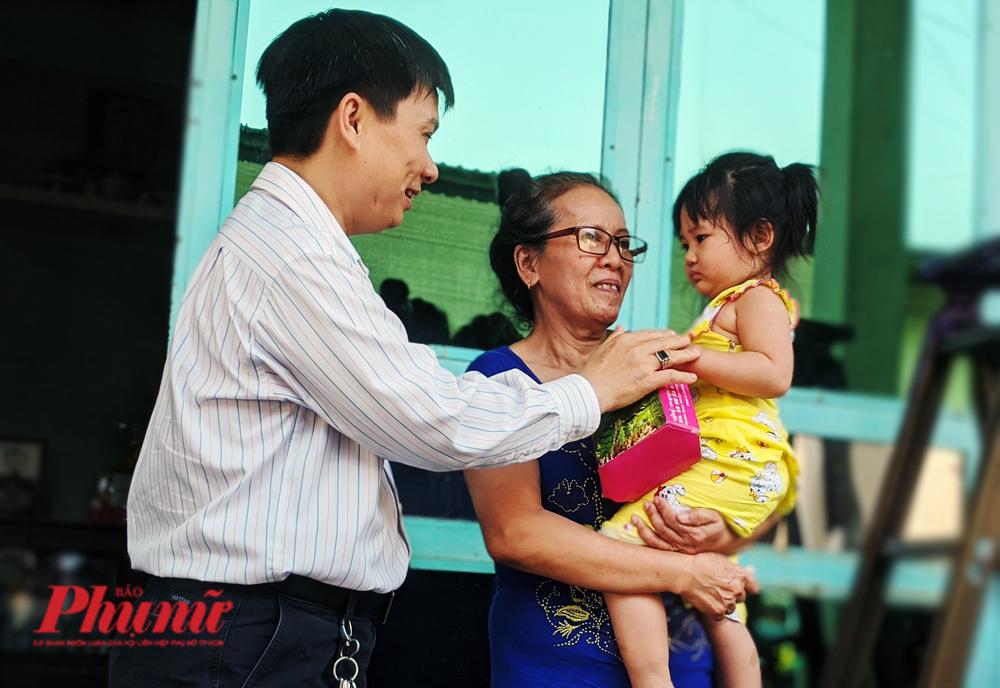 Thạc sĩ Lê Minh Hiển - Trưởng phòng CTXH, BV Chợ Rẫy đến thăm và chúc Tết bà Ngọc Yến.