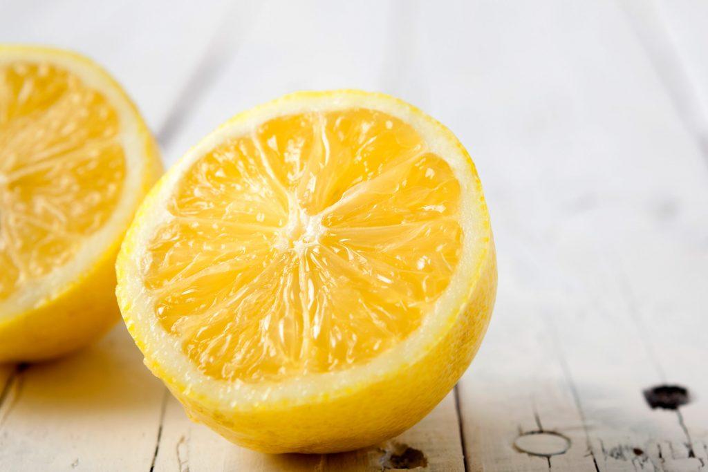 Chanh Chanh có tác dụng như một chất tẩy da chết, làm sáng da và sát trùng để làm giảm sự xuất hiện của các vết sẹo và ngăn ngừa mụn mới hình thành. Rửa mặt thật sạch, thoa mụn bằng bông gòn hoặc tăm bông đã được nhúng vào nước chanh, sau đó rửa sạch với nước mát. Bác sĩ Jackin cũng đề nghị trộn nước chanh với nước cây phỉ và sử dụng nó như một phương pháp điều trị dễ dàng tại nhà.
