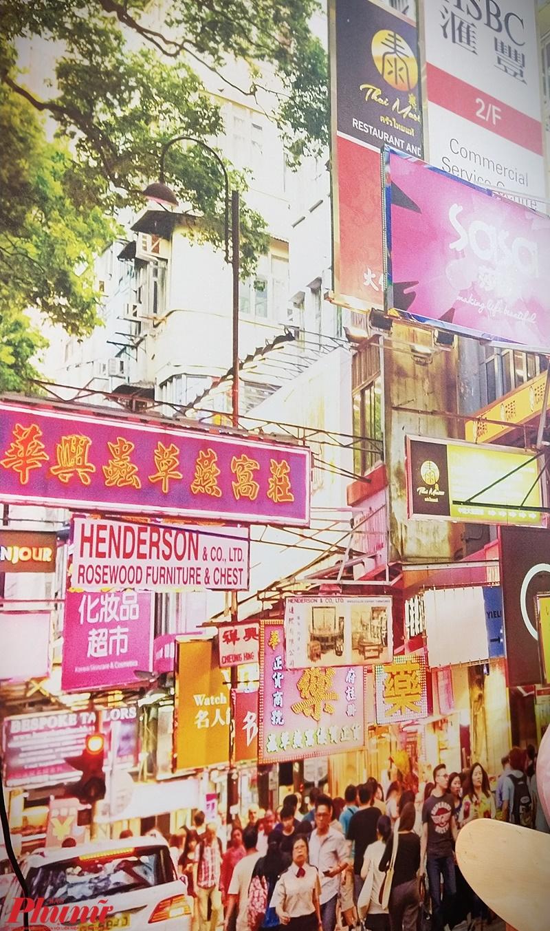 Trên những bức tường của quán đều được trang trí đậm chất Hồng Kông với các loại tranh về đường phố, phảng phất cuộc sống nhộn nhịp tại xứ Cảng Thơm.
