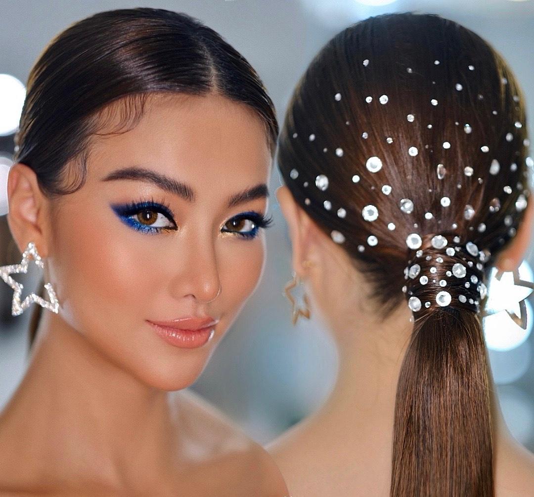 ên cạnh thân hình đồng hồ cát, Phương Khánh còn gây ấn tượng mạnh với mái tóc được đính kết với hàng trăm viên đá pha lê lấp lánh. Người đẹp chia sẻ cô phải ngồi chờ suốt 2 tiếng đồng hồ để có được kiểu tóc kỳ công này.