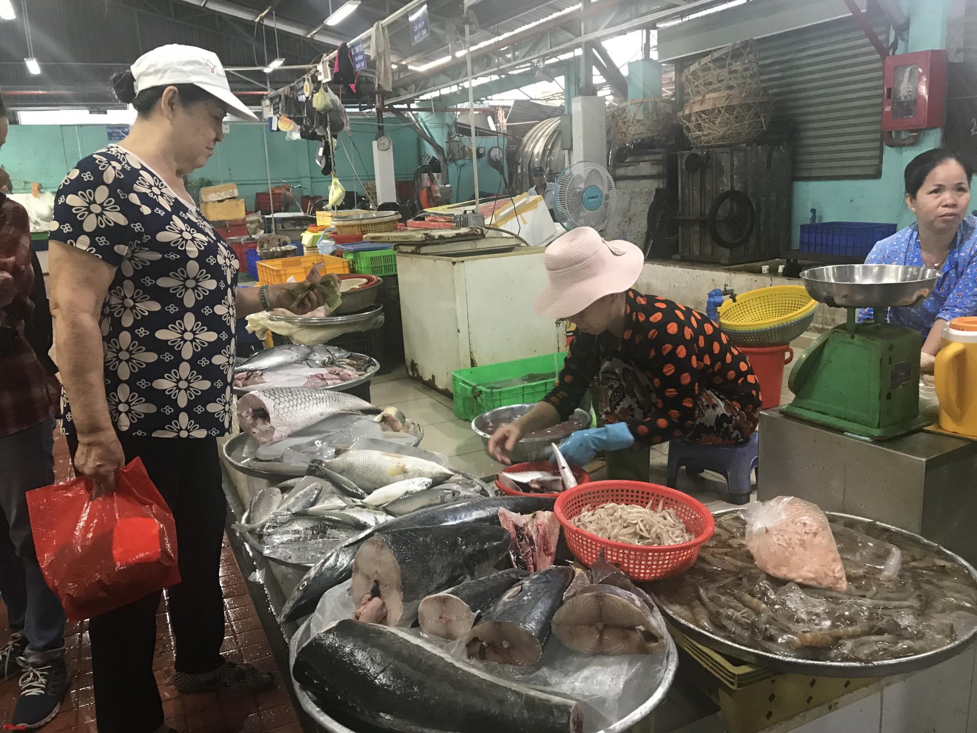Sáng cùng ngày, Ban ATTP kiểm tra hoạt động chợ Thủ Đức chủ yếu các quầy thịt, cá, rau củ và gia vị phục vụ cho nhu cầu hàng ngày của người dân.