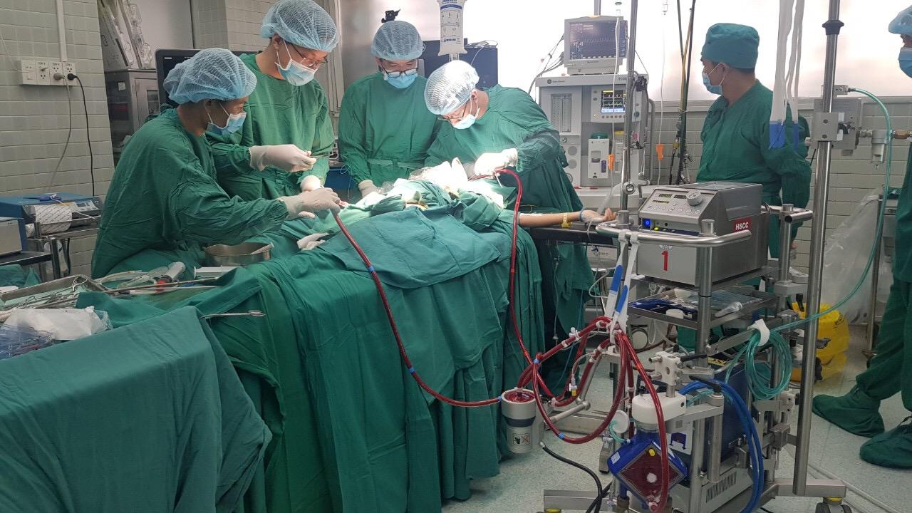 PGS.TS.BS Vũ Hữu Vĩnh đang tiến hành phẫu thuật tái tạo khí quản cho cô gái bị di chứng lao khí quản