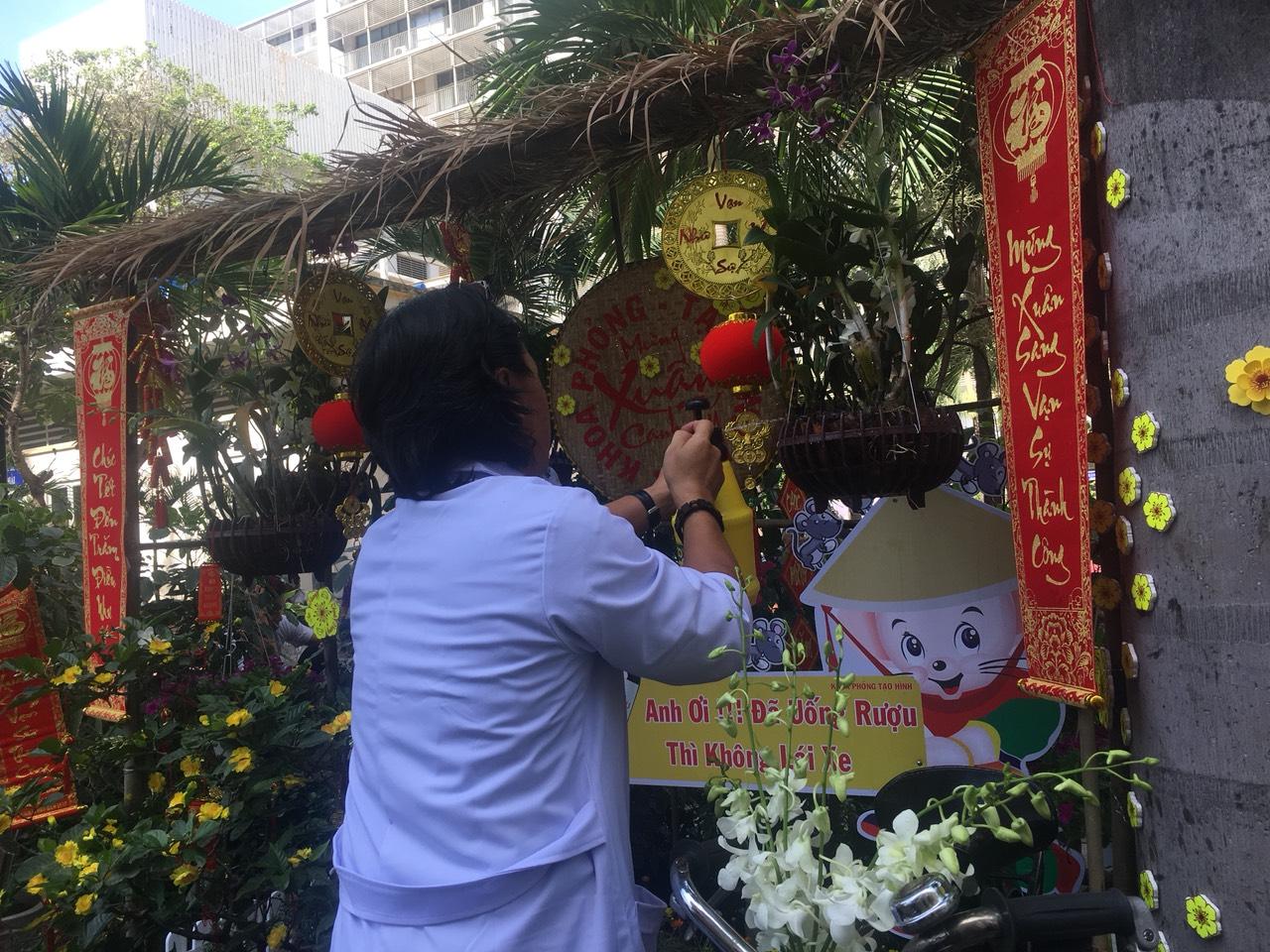 Những nhân viên y tế chăm chút từng bông hoa để phục vụ bệnh nhân
