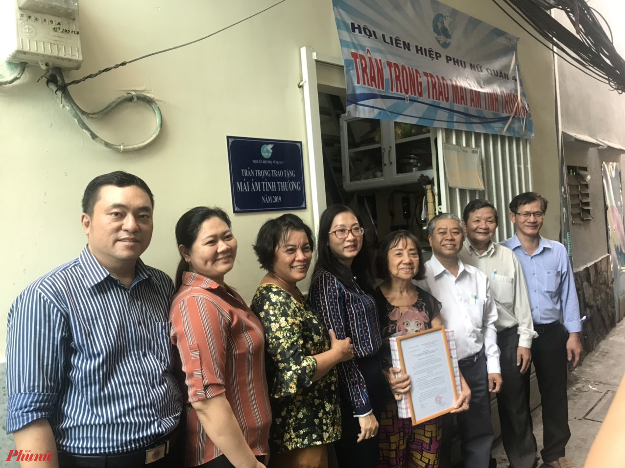Hội LHPN quận 4 tặng mái ấm tình thương cho dì Hoa.
