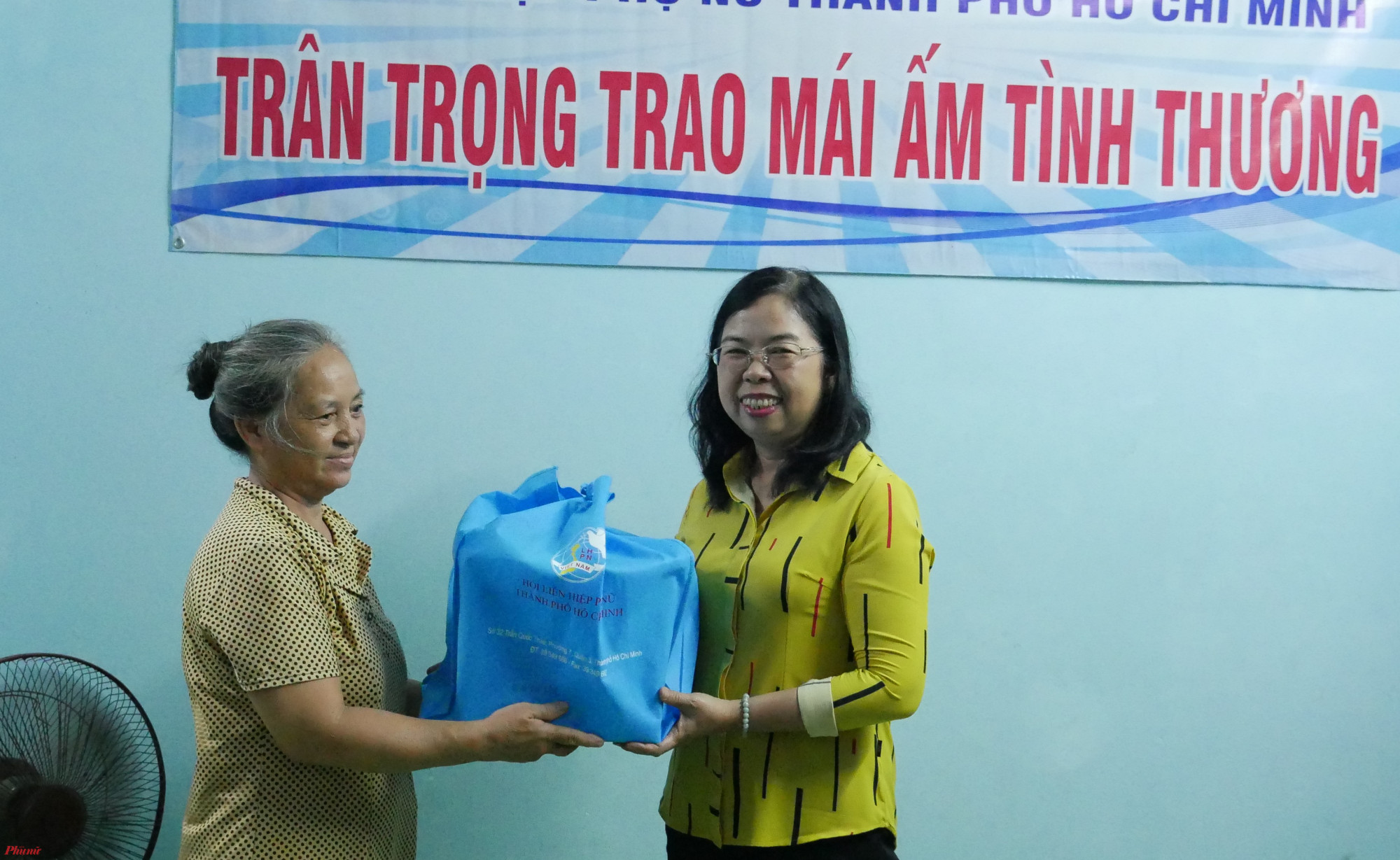 Bà Đỗ Thị Chánh, Phó Chủ tịch Hội LHPN TP.HCM tặng quà chúc mừng dì Tuyết trong ngày nhận mái ấm tình thương.