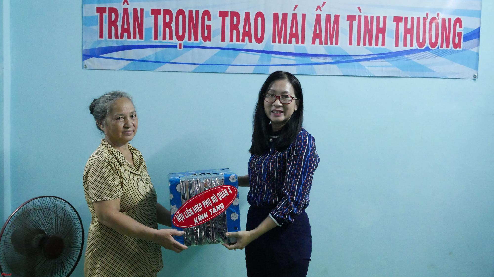 Hội LHPN quận 4 tặng quà chúc mừng gia đình dì Tuyết trong ngày nhận được mái ấm tình thương.