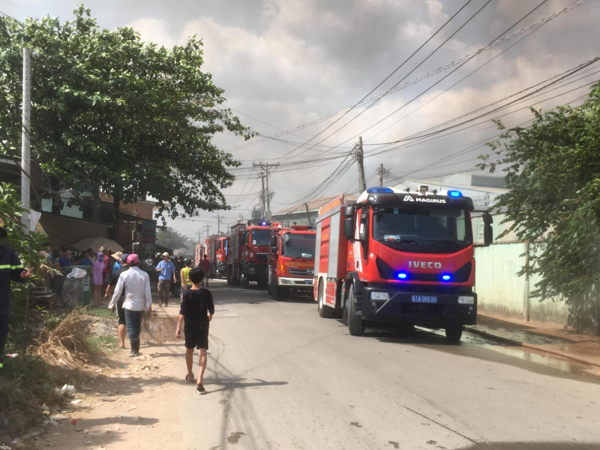 Đội PCCC điều động khoảng 15 xe đến hiện trường để dập lửa