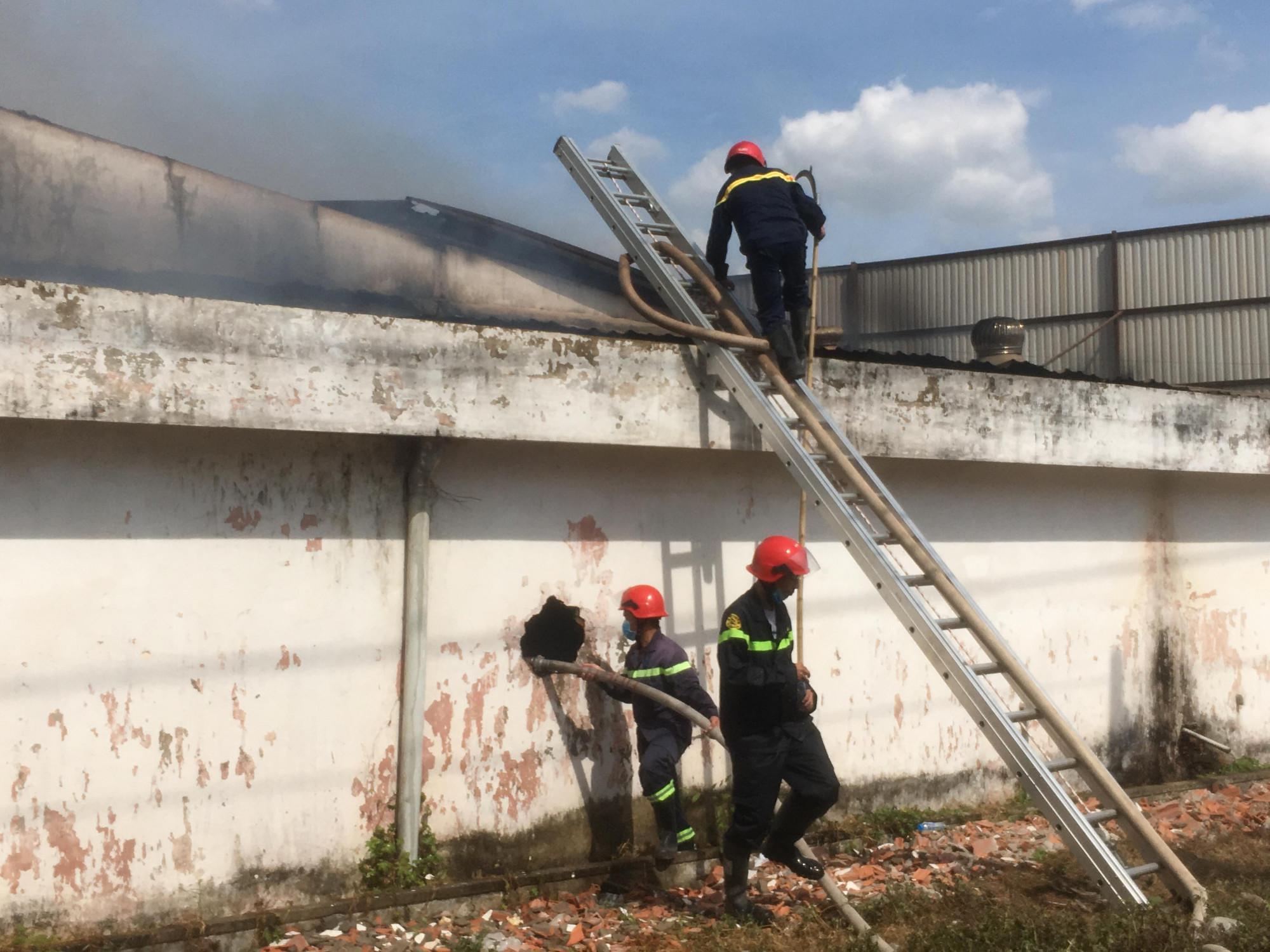 Các chiến sĩ đục, trèo tường để khống chế ngọn lửa