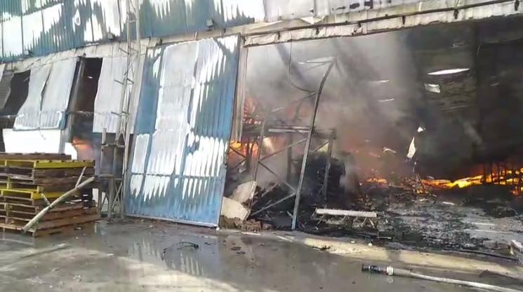 Đến 13g30, ngọn lửa vẫn đang cháy, nhà xưởng đã đổ sập