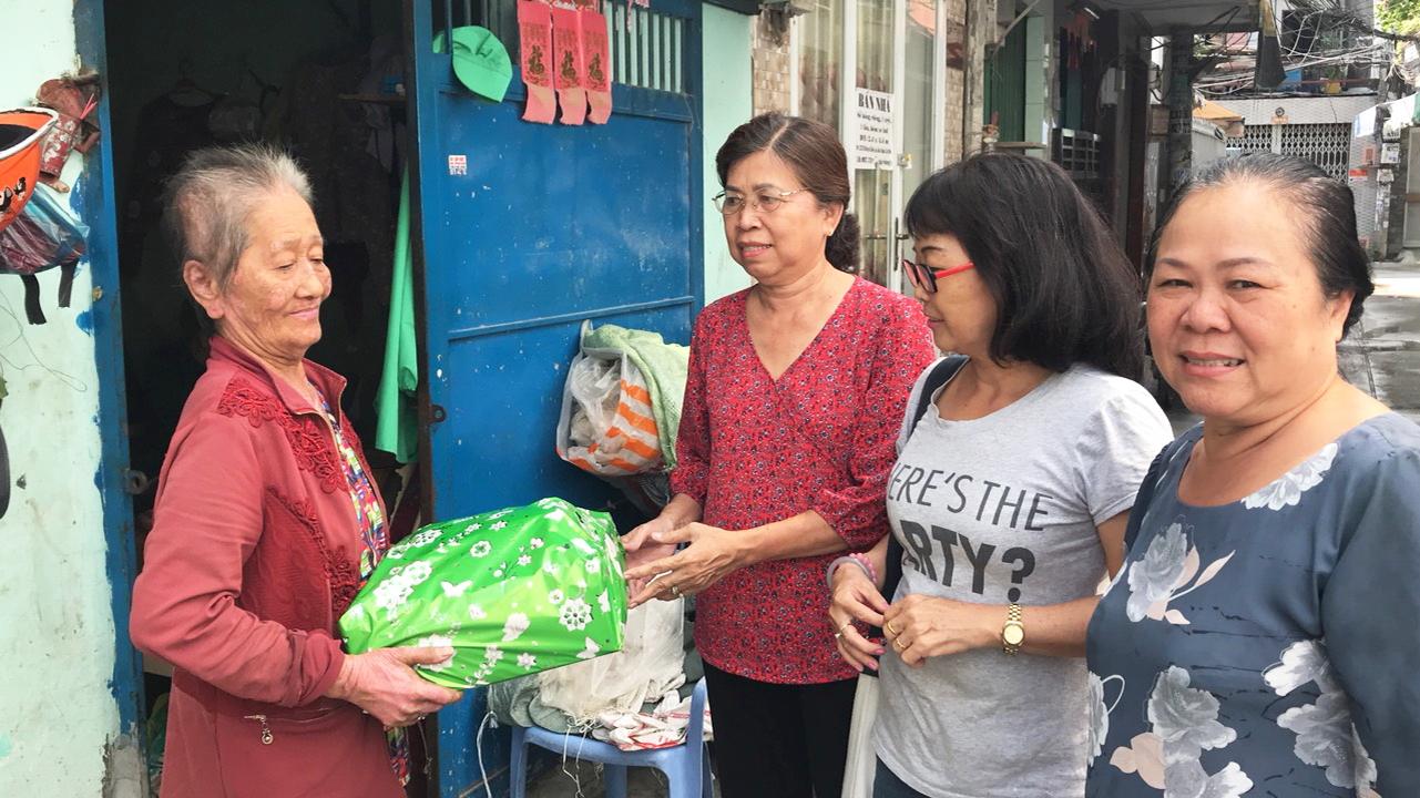 Thu gom ve chai, phế liệu đổi thành tiền thực hiện hoạt động an sinh xã hội, tặng quà cho phụ nữ khó khăn