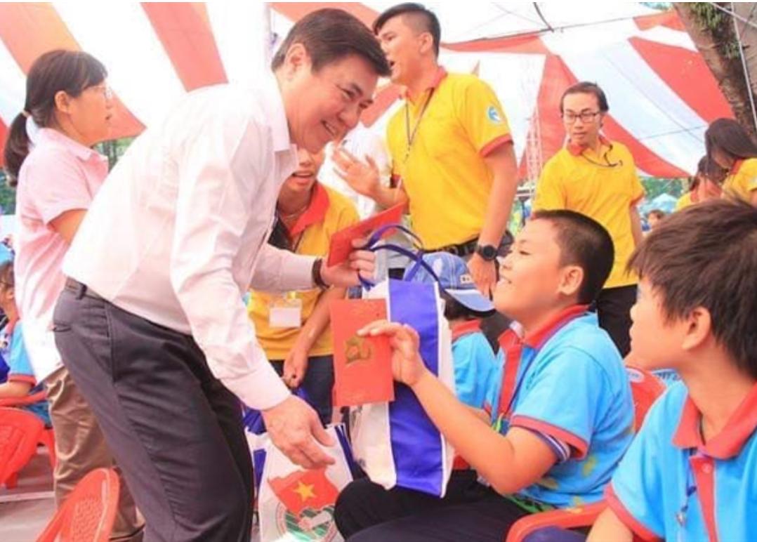 Chủ tịch UBND TPHCM Nguyễn Thành Phong trao quà tết và bao lì xì cho trẻ em nghèo trong chương trình Tổ ấm ngày xuân