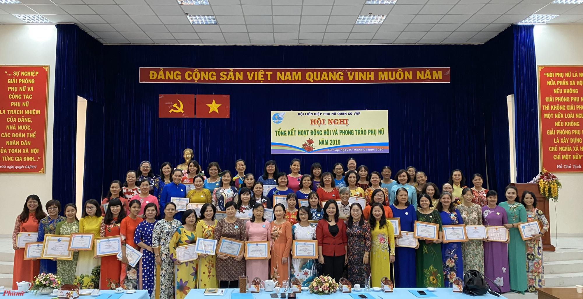 Hội LHPN quận Gò Vấp khen thưởng và biểu dương các cá nhân, tập thể hoàn thành xuất sắc nhiệm vụ năm 2019.