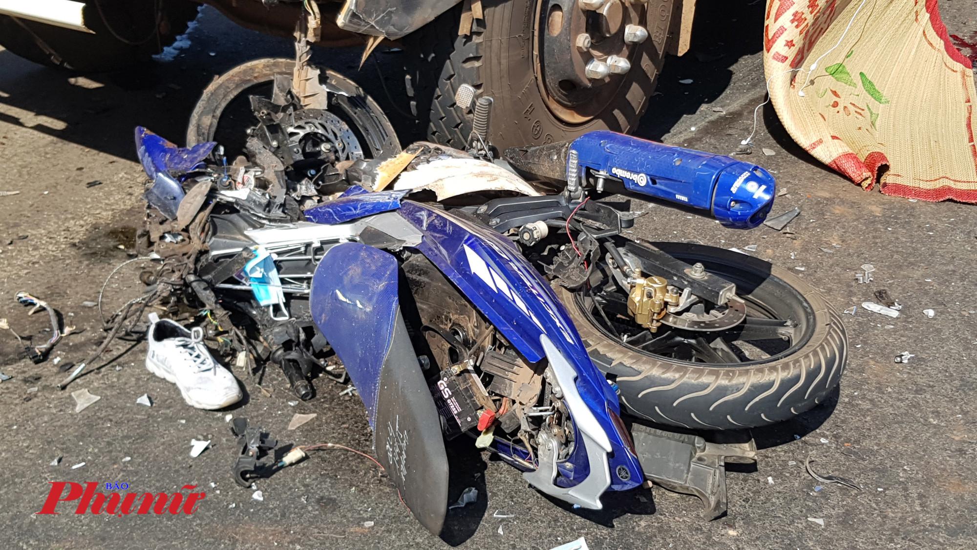 Chiếc xe máy nát bét sau cú đấu đầu kinh hoàng với xe tải