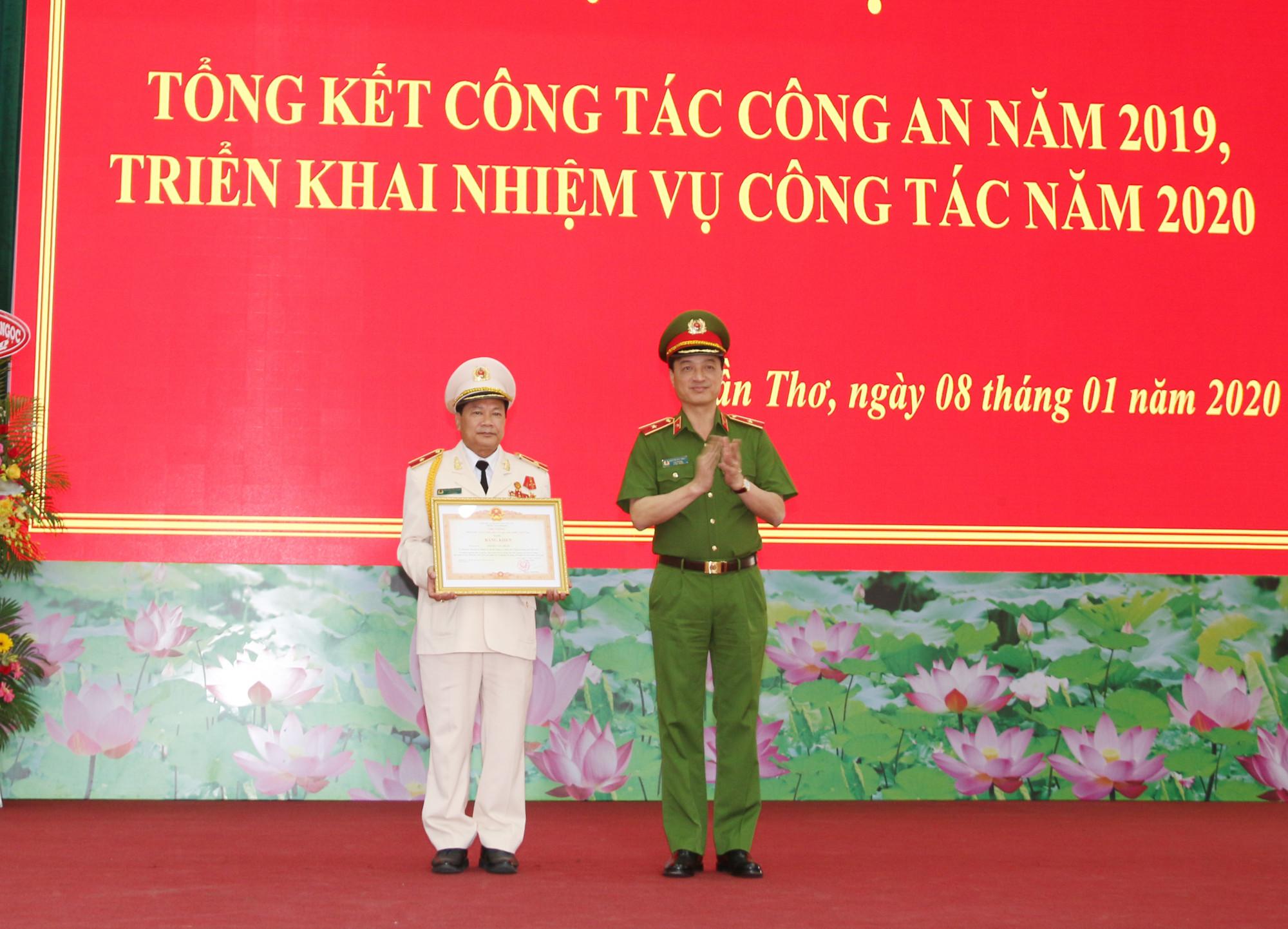 Thừa ủy quyền của Thủ tướng, Thứ trưởng Nguyễn Duy Ngọc trao Bằng khen của Thủ tướng tặng Thiếu tướng Nguyễn Văn Thuận, Giám đốc Công an TP Cần Thơ.
