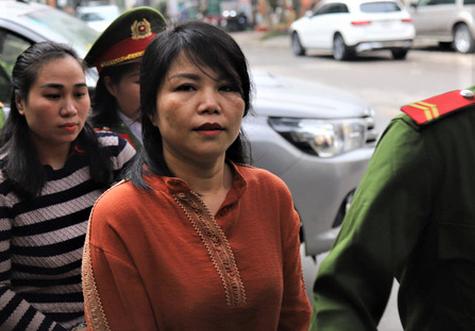 Bị cáo Nguyễn Thị Vững (áo cam) và Nguyễn Thị Vân