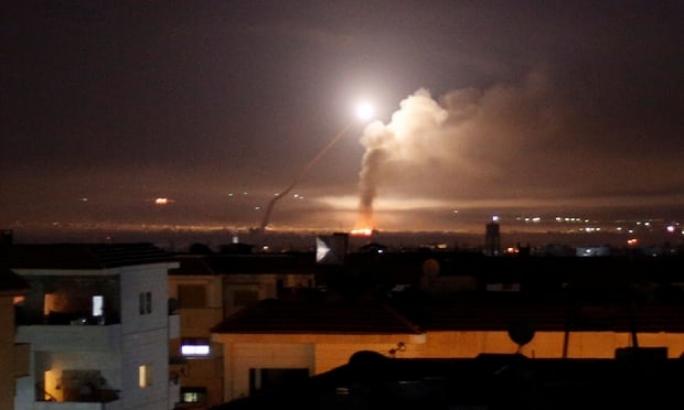 Hình ảnh trên mạng cho thấy nhiều tên lửa được bắn từ lãnh thổ Iran về phía hai cơ sở quân sự của Mỹ ở Iraq.