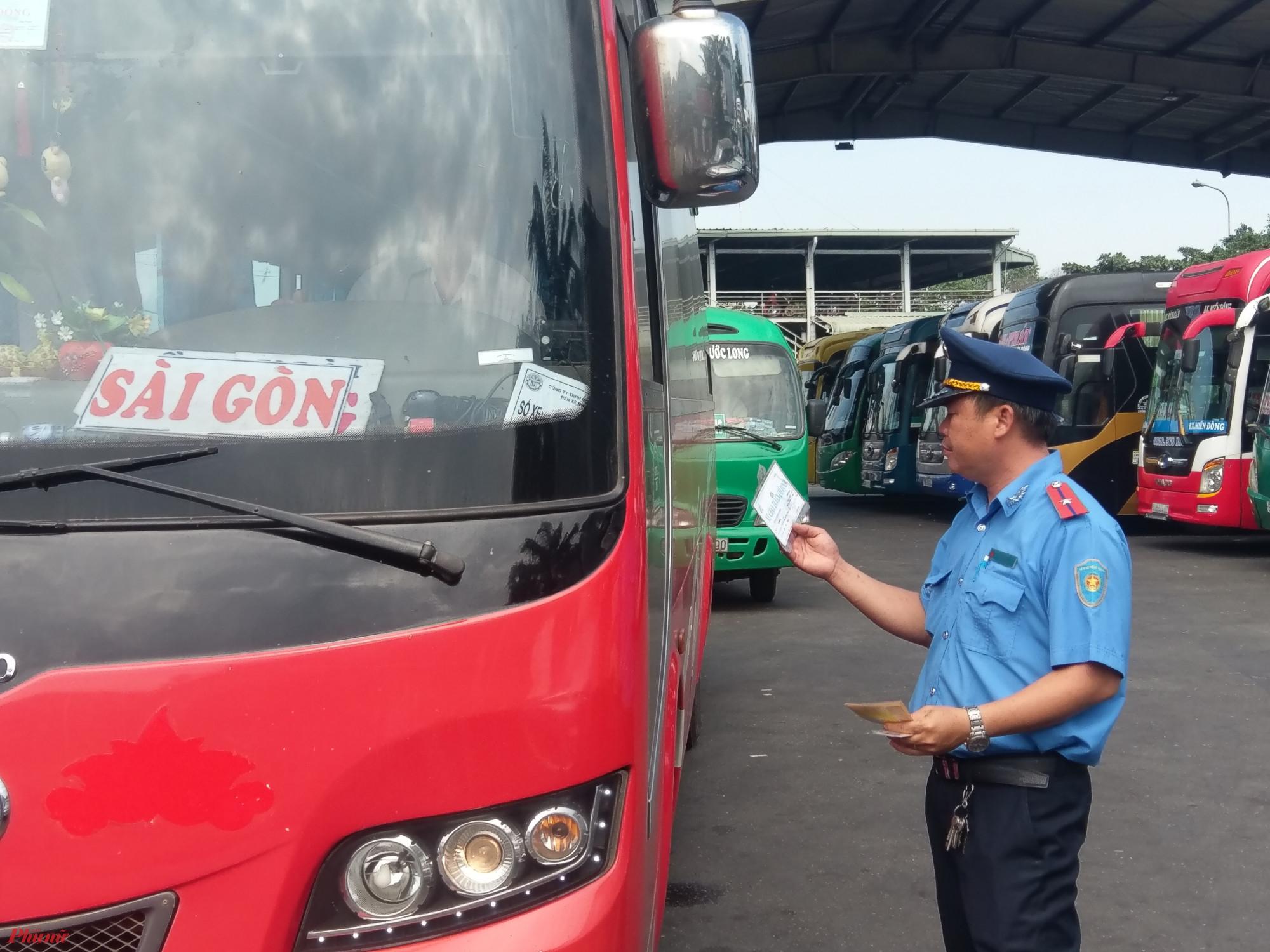 Lực lượng chức năng Tổng kiểm tra xe khách ở Bến xe Miền Đông.