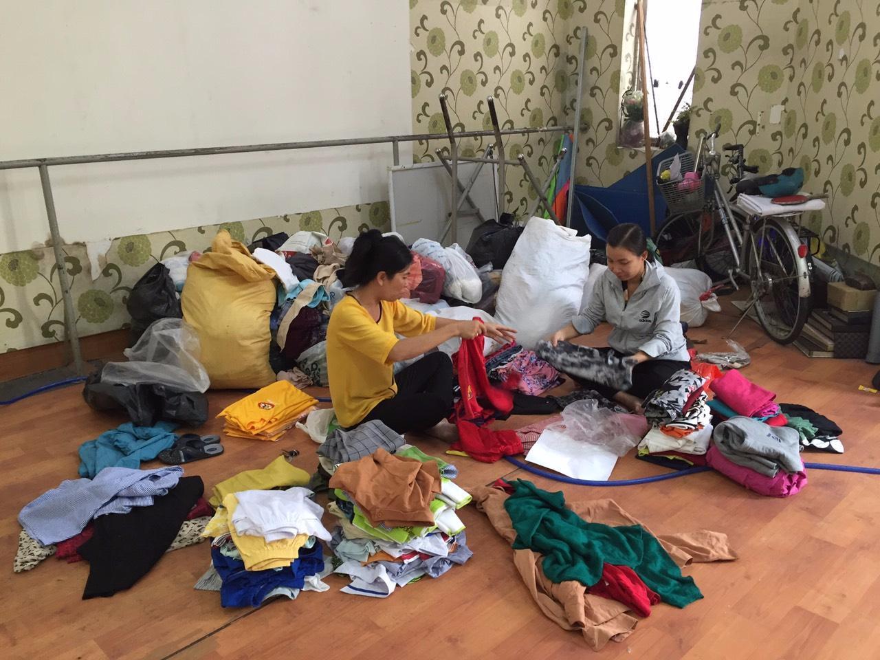 Các chị tiếp nhận và sắp xếp quàn áo trong nhiều ngày liền.