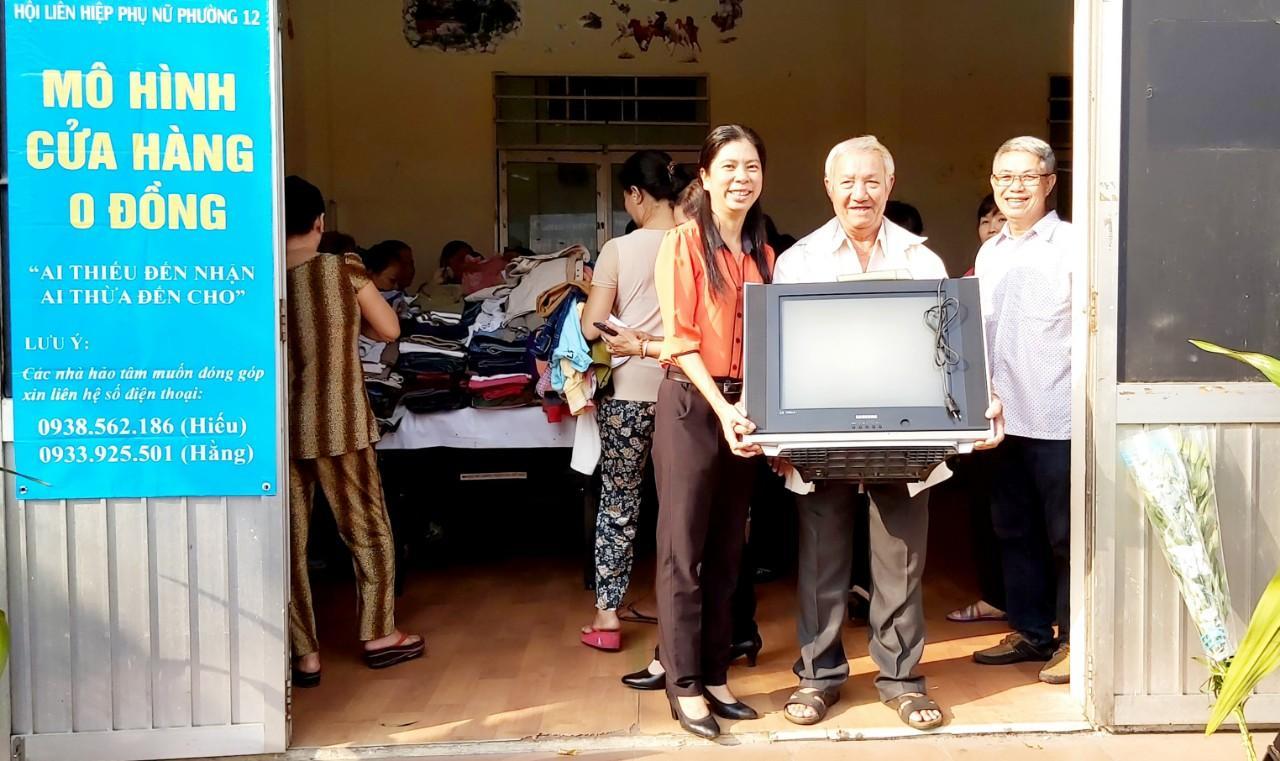 Chú Nguyễn Thanh Liêm (nhà ở đường Nguyễn Duy) vui mừng với chiếc tivi tại cửa hàng  0 đồng.- Ảnh Minh Hiếu