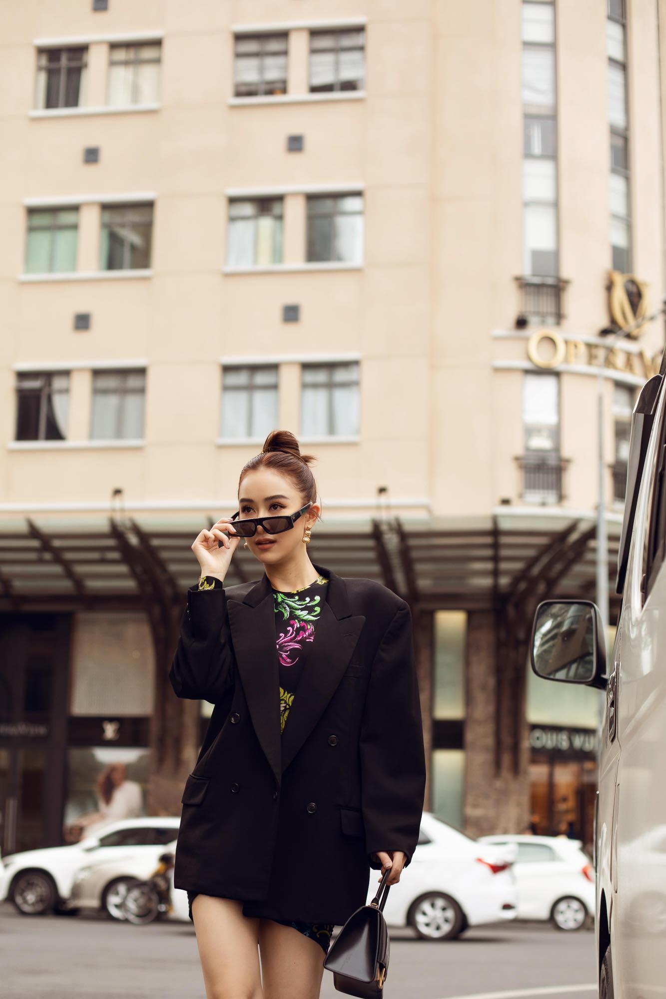 Trong set đồ thứ 2, Hà Thu vẫn sử dụng áo của thương hiệu Versace Jeans kết hợp cùng mắt kính Chanel, túi Pag Prada cùng giày Balenciaga. Ở cách mix&match này, người đẹp xứ Huế mềm mài và nữ tính hơn.