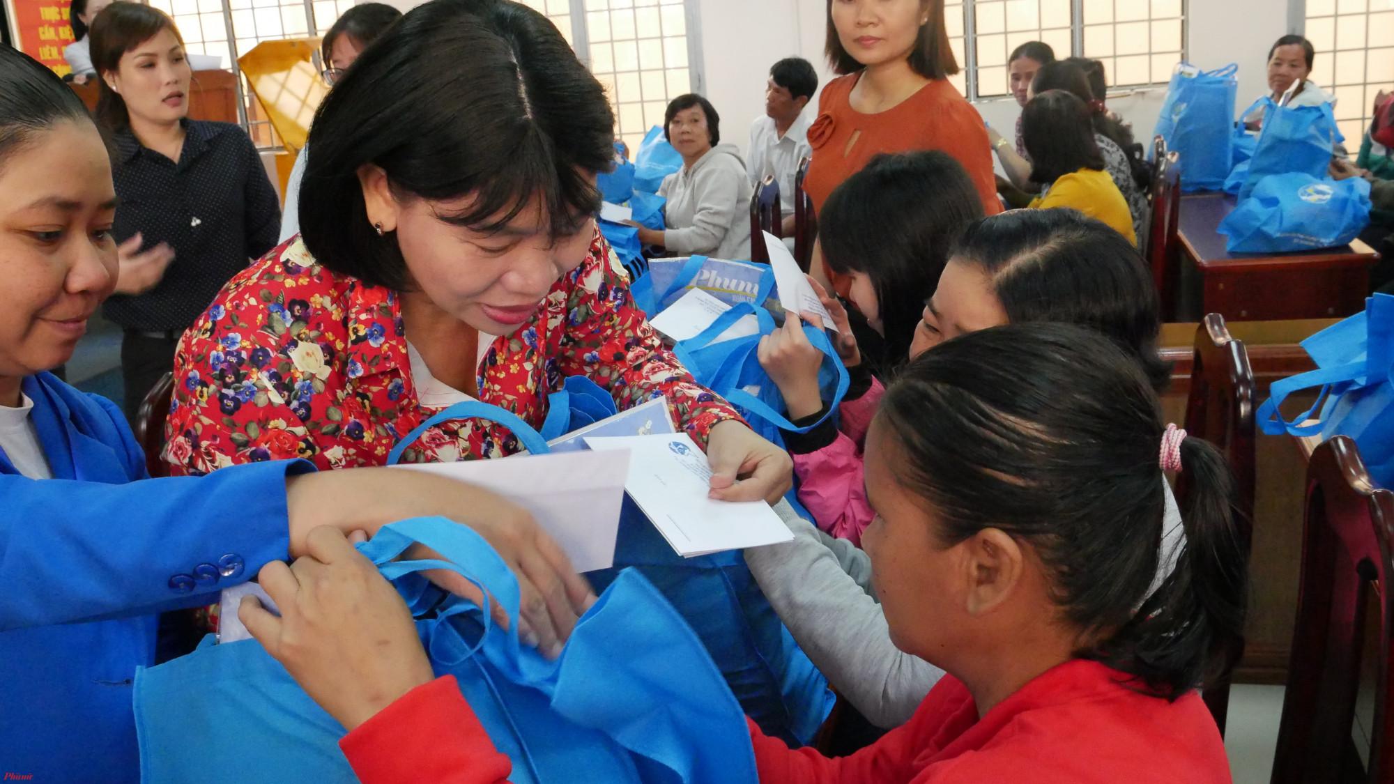 Những món quà tết được Hội LHPN TP.HCM trao gửi đến phụ nữ khiếm thị, khuyết tật trên địa bàn huyện Hóc Môn.