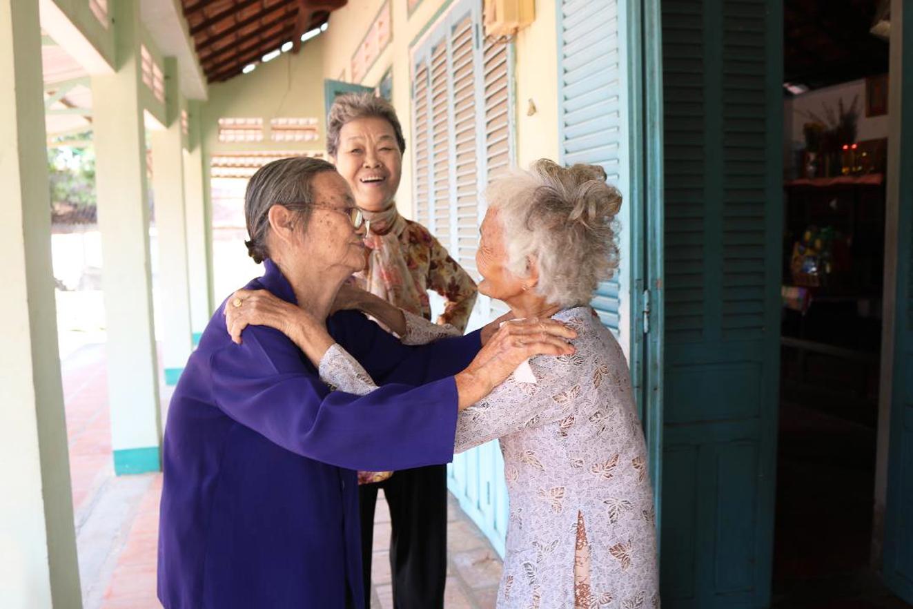 Khoảnh khắc hạnh ngộ của bà Năm Đang và Bà mẹ Việt Nam anh hùng Kiều Thị Nông cùng sự chứng kiến của bà Ba Son