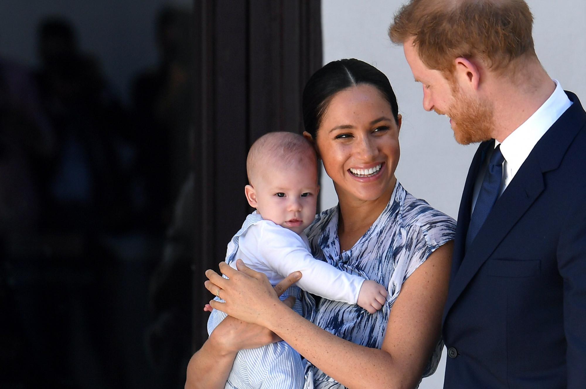 Vợ chồng Hoàng tử Harry muốn rút lui dần khỏi vai trò hoàng gia để làm việc như những công dân bình thường, tự chủ hơn về tài chính.