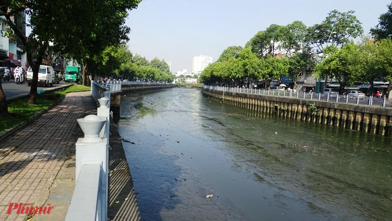 Đoạn thượng nguồn kênh Nhiêu Lộc – Thị Nghè bị cạn khô bất thường - Ảnh: Trung Thanh