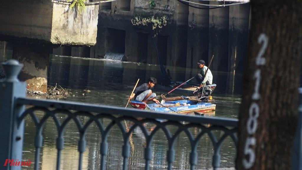 Nhiều đối tượng đánh bắt cá bằng dụng cụ kích điện xuất hiện để bắt cá ở những đoạn kênh cạn nước - Ảnh: Trung Thanh